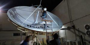 La antena de 4,5 metros de diámetro puede transportar señales de datos, televisión y radiodifusión al interior de la provincia.